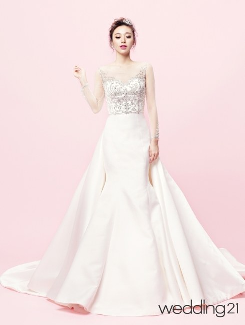 Thời trang váy cưới luôn thay đổi và mang đến nhiều xu hướng mới mẻ, nhưng các mỹ nhân Hàn vẫn luôn ưa chuộng những thiết kế ngọt ngào, thanh lịch. Chiếc váy có thiết kế đuôi váy độc đáo, chân váy cá nhưng đính thêm vạt xòe ở eo khiến cô dâu lộng lẫy và ấn tượng hơn.  Ảnh: Kmib.