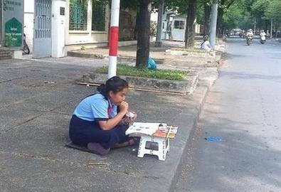 Bé gái 12 tuổi vừa học bài vừa bán vé số