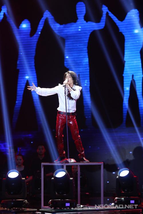 Tích Kỳ làm cả sân khấu 'bùng nổ' với ca khúc 'Nhân tố bí ẩn' được phối rock sôi động. Anh được sự hỗ trợ của rocker Sử Duy Vương.