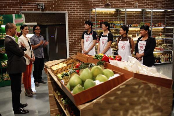 Trong tập 5 chương trình Vua đầu bếp Việt mùa thứ 2, thử thách mà ban giám khảo đưa ra là 12 thí sinh sẽ chia thành 6 đội ngẫu nhiên. Trong đó