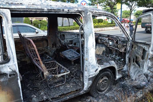 """Theo tài xế Quang, sáng nay, anh đón 12 hành khách đi khám bệnh tại một số bệnh viện trong thành phố. Đến 8h, anh xuất phát về lại Tây Ninh thì gặp nạn. Sau vụ hỏa hoạn, toàn bộ hành khách được chuyển sang một xe khác tiếp tục về Tây Ninh. """"Toàn bộ giấy tờ xe và đồ cá nhân của tôi bị cháy hết rồi"""", anh Quang cho biết."""