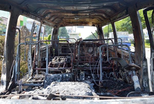 Đến 11h cùng ngày ôtô gặp nạn vẫn nằm ở hiện trường. Nguyên nhân vụ cháy vẫn đang được điều tra làm r