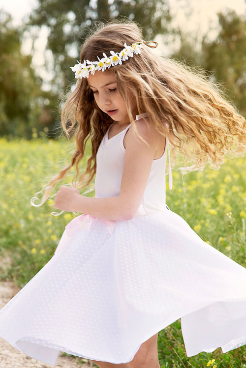 Phù dâu nhí đáng yêu với phụ kiện hoa