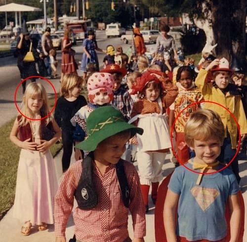 Anh Jason trong bộ trang phục siêu nhân (phía trước, bên phải) và cô Jessica (váy hồng, bên trái) trong tấm ảnh chung hồi mẫu giáo. Ảnh: Huffington Post
