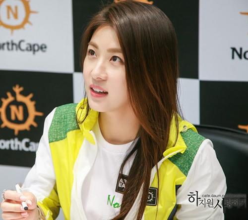 Dù lịch trình bận rộn, thường xuyên không được ngủ đủ giấc nhưng Ha Ji Won hiếm khi nào lộ vẻ mệt mỏi nhờ rửa mặt bằng nước lạnh.