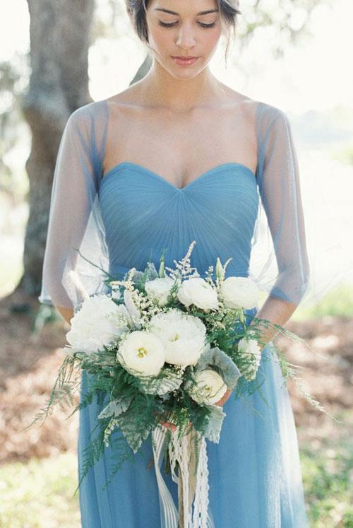 Với chiếc váy màu xanh dương dịu dàng, phù dâu có thể thoải mái chọn lựa màu sắc cho bó hoa cầm tây.