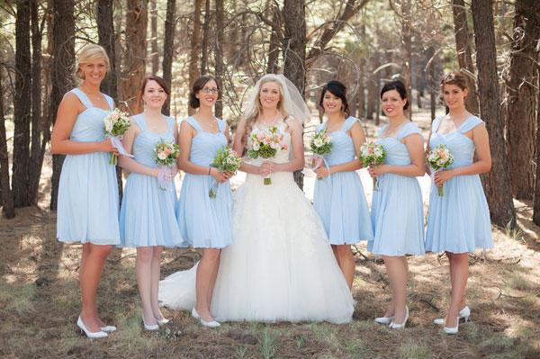 Phù dâu diện váy xanh cho tiệc cưới ngoài trời