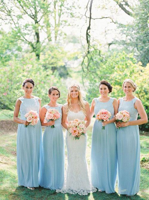 Bó hoa tông màu cam, đào điểm thêm nét ngọt ngào cho các nàng phù dâu.