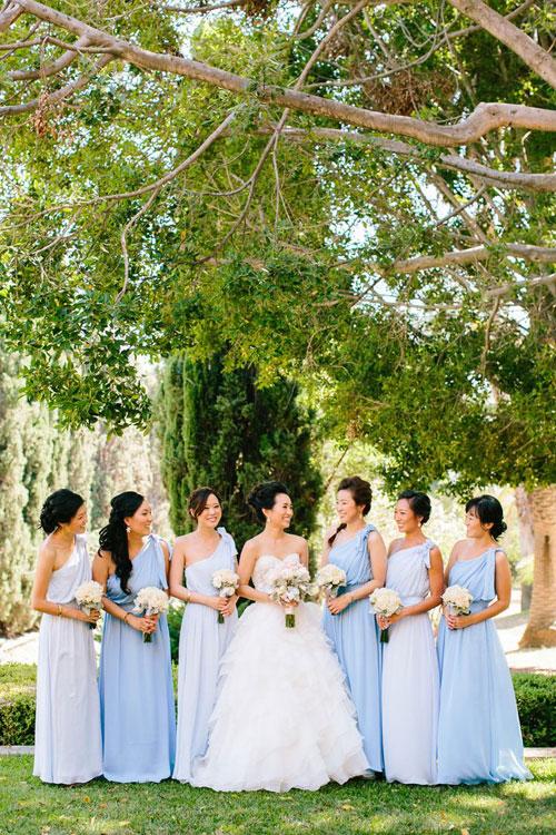 Để tạo sự khác biệt, phù dâu có thể pha trộn nhiều sắc độ của gam màu xanh dương.