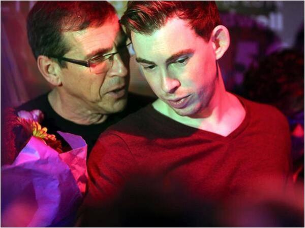 12 tuổi, DJ Robberts được bố đặt nghệ danh Hardwell sau khi anh chơi nhạc trong một bữa tiệc lớn tại quê nhà (Hà Lan).
