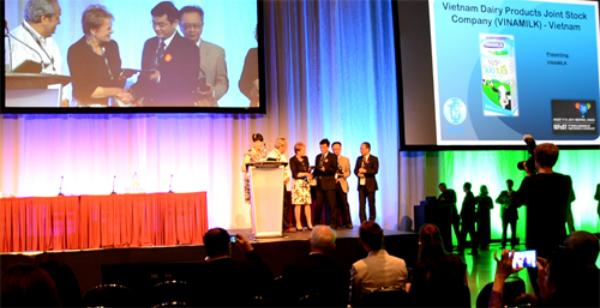 Đại diện Vinamilk lên nhận giải Công nghiệp Thực phẩm toàn cầu 2014 tại sự kiện đang diễn ra ở Canada.