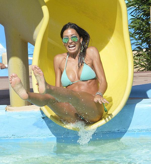 Người đẹp Elisabetta Gregoraci nhí nhảnh chơi trò trượt ống nước.