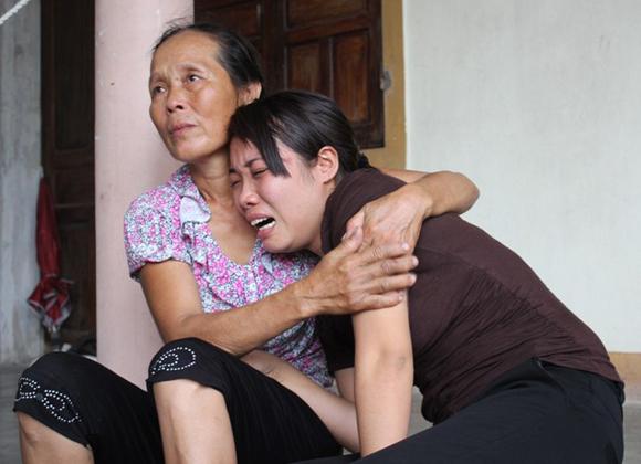Chị Diêm đau đớn vật vã khóc sau cái chết của con trai 2 tuổi.