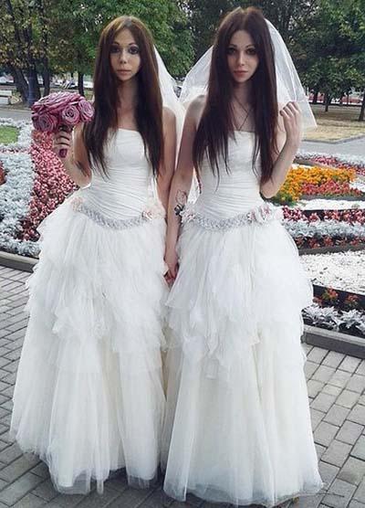 Cặp vợ chồng giống nhau như chị em sinh đôi