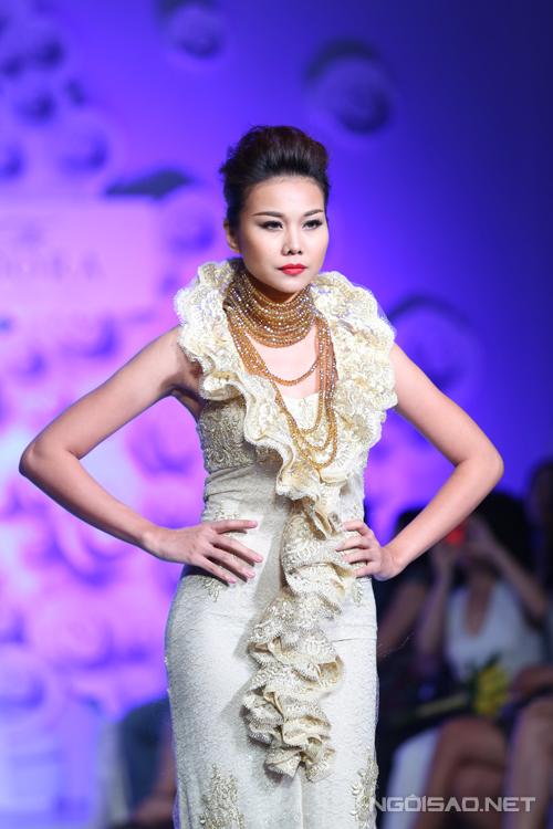 Trong chương trình Thời trang và Cuộc sống tổ chức vào ngày 21/8 tại TP HCM, siêu mẫu Thanh Hằng xuất hiện đầy uy quyền và ấn tượng với mẫu áo dài họa tiết bản đồ. Đây là mẫu thiết kế ấn tượng nhất nằm trong bộ sưu tập Âm vang Đông Sơn của nhà thiết kế Văn Thành Công.