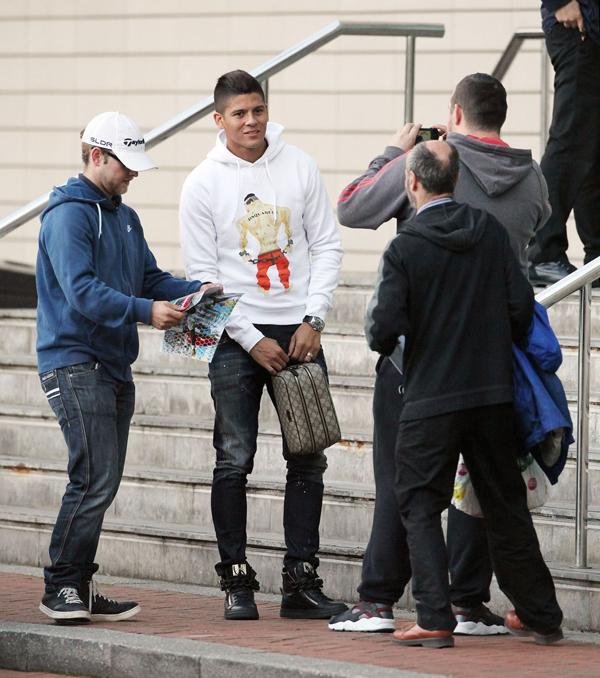Hậu vệ 24 tuổi được trông thấy tới cửa hàng Megastore của CLB mua sắm đồ.
