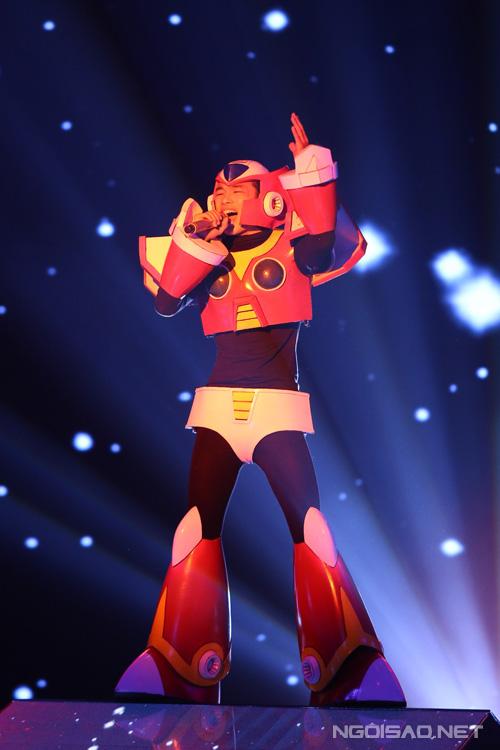 Tích Kỳ trình bày hit của nhóm Linkin Park là 'New divide'. Thí sinh đội Hồ Quỳnh Hương hóa thân thành một con robot, phô diễn sức mạnh trong giọng hát.