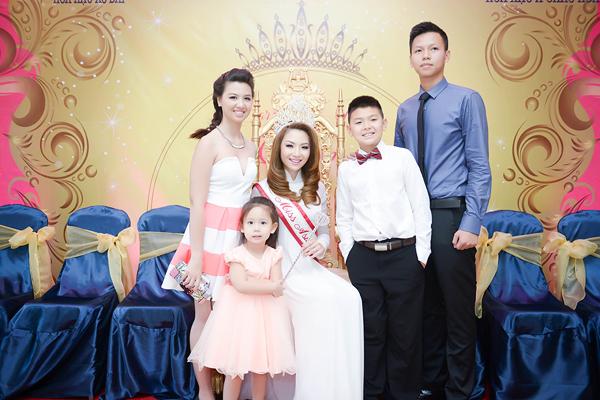 hinh gia dinh 5 chi em 8666 1408852391 Hoa hậu gốc Việt Jennifer Chung lộng lẫy trong tiệc mừng