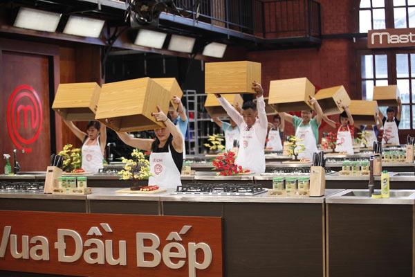 Trong tập 6, chương trình Vua đầu bếp Việt đã gửi đến các thí sinh một đề thi đặc biệt trong phần thử thách 'Chiếc hộp bí mật' đó là chế biến một món ăn quen thuộc trong ngày Tết cổ truyền của người Việt. Đề bài đã mang lại nhiều cảm xúc cho các thí sinh khi gợi nhớ đến những kỷ niệm tuổi thơ nên nồi thịt kho tàu thơm ngon hay món gà kho gừng cay nồng trong cái lạnh của những ngày giáp Tết.