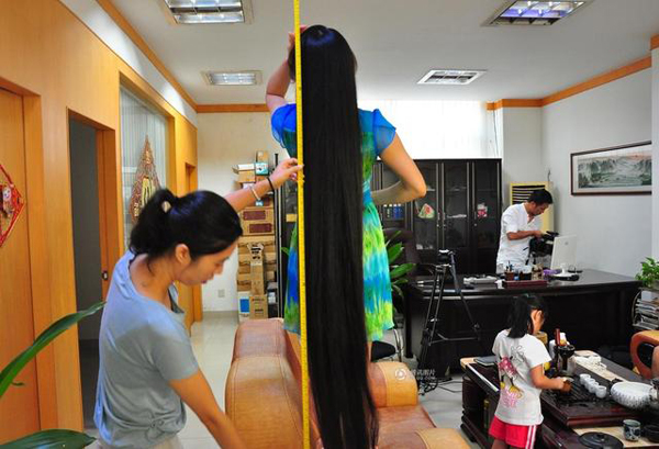 Xiao said that nine years ago, someone wanted to purchase her hair for a hefty price of 20,000 yuan. At that time, her hair was down to her calves.