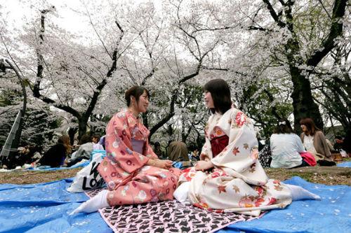 003-kimono-clad-women-enjoy-ch-1432-1149