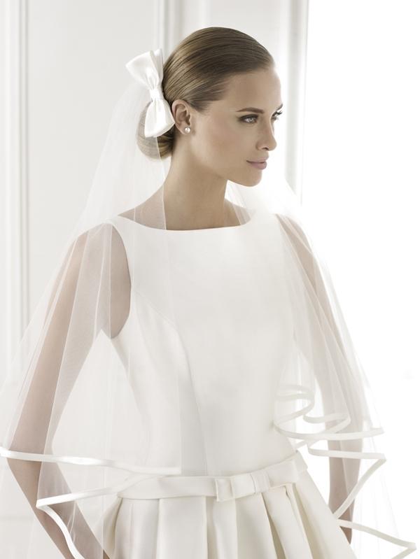 Nhờ phong cách cao sang, quý phái mà váy cưới cổ thuyền đặc biệt phù hợp với những đám cưới long trọng, truyền thống. Tuy nhiên, đường viền cổ này lại không dành cho những cô dâu vai rộng hoặc thô bởi sự chú ý luôn tập trung ở cổ, vai, xương đòn. Cổ thuyền có thể kết hợp với váy cưới có tay hoặc không tay, tùy theo sở thích và lựa chọn của mỗi cô dâu.