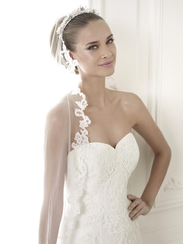 Những chiếc váy cưới cổ tim luôn mang đến vẻ lãng mạn và gợi cảm đặc trưng. Đây cũng là một trong những đường viền cổ áo khá phổ biến, được cắt khéo để tạo ra đường cong mềm mại, uyển chuyển ôm lấy cơ thể. Với dáng váy này, cô dâu có thể kết hợp với trang sức bắt mắt hoặc khăn voan duyên dáng.