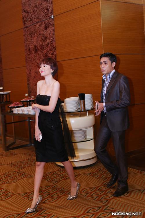 Vợ chồng Dương Yến Ngọc tình tứ đi event sau scandal