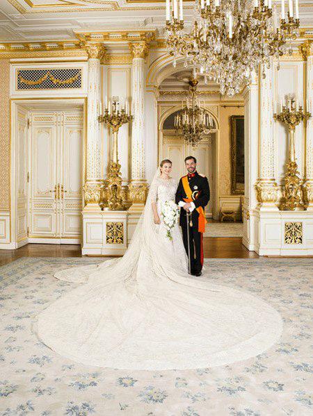 Tháng 10/2012, hoàng tử Guillaume của Luxembourg và công chúa Stephanie (tước phong Nữ bá tước Bỉ) cử hành hôn lễ tại Nhà thờ Đức Mẹ. Công chúa Stephanie mặc váy cưới ren màu ngà voi, điển hình của phong cách hoàng gia trong ngày cưới. Đây cũng là một thiết kế độc đáo của Elie Saab. Chiếc váy cách điệu từ dáng đuôi cá nhưng không quá bó sát, chân váy có độ dài vừa phải. Chi tiết lộng lẫy nhất phần đuôi trải dài 5m, phủ 80.000 viên đá lớn nhỏ, tinh xảo.Ảnh: HB.