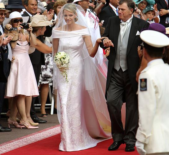 Đơn giản nhưng hoàn hảo trong từng chi tiết, bộ váy cưới của công chúa Charlene là thiết kế cao cấp của Giorgio Armani. Chiếc váy được cắt may từ hơn 100m lụa cao cấp và đính kết thủ công 40000 viên đá quý và 20000 hạt ngọc trai đắt tiề. Những chi tiết đối xứng, vai ngang thanh lịch, kiểu dáng sang trọng tôn lên vóc dáng mảnh mai của cô dâu. Cũng giống như những chiếc váy cưới hoàng gia khác, bộ váy cũng có thiết kế đuôi váy kiểu cách, trải dài gần 5m. Công chúa Charlene kết hôn với hoàng tử Monaco - Albert II vào ngày 2/7/2011. Ảnh:HM.