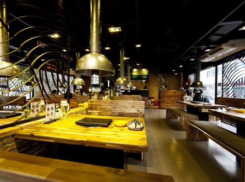 Với hình ảnh những máy hút khói đặc trưng tại mỗi bàn ăn cùng những bản nhạc Hàn quen thuộc, nhà hàng sẽ mang đến bạn cảm giác như đang dùng bữa tại một quán thịt nướng ngay trên đất Hàn Quốc.