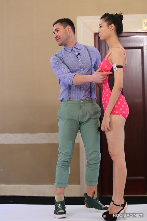 Hai vị giám khảo Adam và Xuân Lan đã xuống đường băng để giúp các nữ thí sinh điều chỉnh dáng và khiến họ tự tin hơn khi trình diễn catwalk.