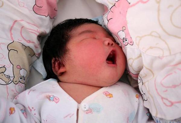 Bé trai chào đời bằng phương pháp mổ hôm 23/8 tại bệnh viện phụ sản Chongji ở thành phố Yucheng, tỉnh Sơn Tây, Tencent News cho biết.