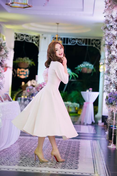 Minh Hằng bay từ TP HCM ra thủ đô để làm khách mời trong triển lãm cưới 'Wedding in white'. Giữa không gian bay bổng, lãng mạn của event, 'bé Heo' cũng mong ước đến ngày mình trở thành cô dâu. Tuy nhiên, cô tâm sự rằng, cô vẫn đang chờ chàng hoàng tử trong mơ của đời mình.