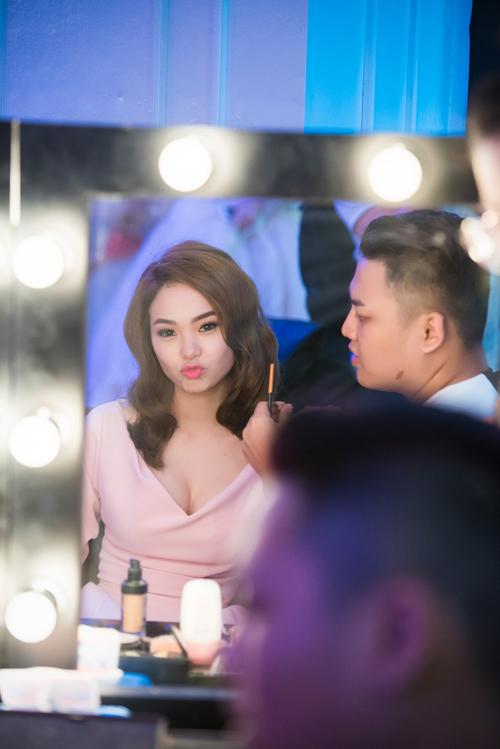 Trong event, nữ ca sĩ thể hiện 3 ca khúc 'Sắc môi em hồng', 'Beautiful girl' và 'Nhớ mãi nụ cười xinh'. Cô được đông đảo khán giả hò reo, cổ vũ nhiệt tình.