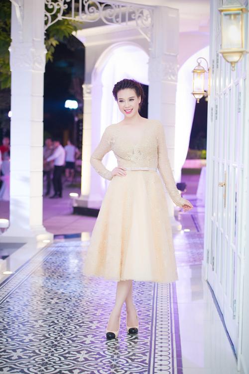 Người đẹp Quảng Ninh Trương Tùng Lan cũng trình diên những mẫu áo cưới mới nhất của các nhà thiết kế.
