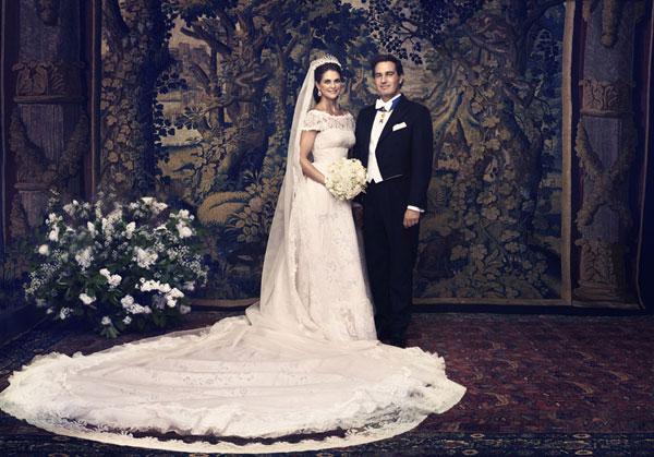 Vào năm ngoái, khi diện chiếc váy hoàng gia lộng lẫy, công chúa Thụy Điển Madeleine được ví như một thiên thần, lộng lẫy và xinh đẹp. Nhà thiết kế thời trang lừng danh Italy - Valentino cho biết, bộ váy cưới này khiến ông phải mất tới vài năm để lên ý tưởng. Thân trên của váy bằng chất liệu lụa organza cao cấp giúp nâng đỡ vòng 1, trong khi chân váy được may xếp ly với vải ren thêu hoa hồng lãng mạn. Đường xếp ly theo chiều dọc với đường mở sâu theo phong cách cổ điển đồng thời tôn chiều cao cho cô dâu. Đuôi váy và chiếc khăn voan có chiều dài lên tới 4m. Ảnh: HM.