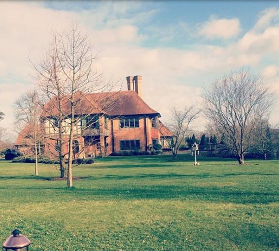 Căn nhà của Sofia và hai em sống cùng mẹ nằm trong khu đất rộng lớn, xanh mướt cây cỏ.