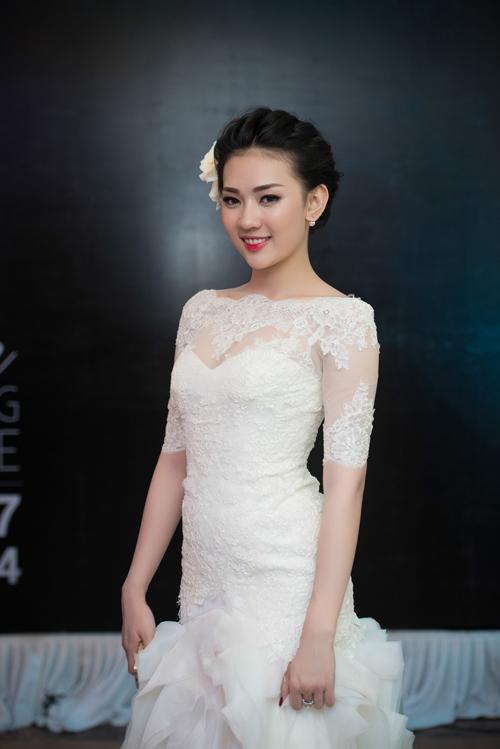 Hạ Hồng Vân, Á khôi 1 của Miss Ngôi Sao 2013 tham gia với vai trò người mẫu.