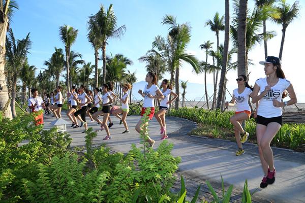 Trong khóa huấn luyện kéo dài 10 ngày tại thành phố Đà Nẵng, bên cạnh những bài học chuyên môn về kỹ năng catwalk, tạo dáng trước ống kính, 30 thí sinh của Elite Model Look Việt Nam còn phải trải qua những bài luyện tập thể lực vất vả.