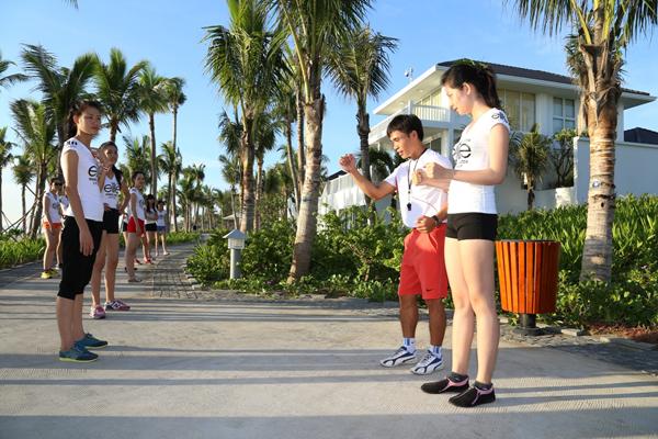 Với Elite Model Look phiên bản Việt, việc tuân thủ nguyên tắc là điều vô cùng quan trọng. Top 30 phải tập trung lúc 5g30 sáng để rèn luyện thể lực với các bài tập từ cơ bản đến nâng cao dưới sự hướng dẫn của huấn luyện viên chuyên môn.