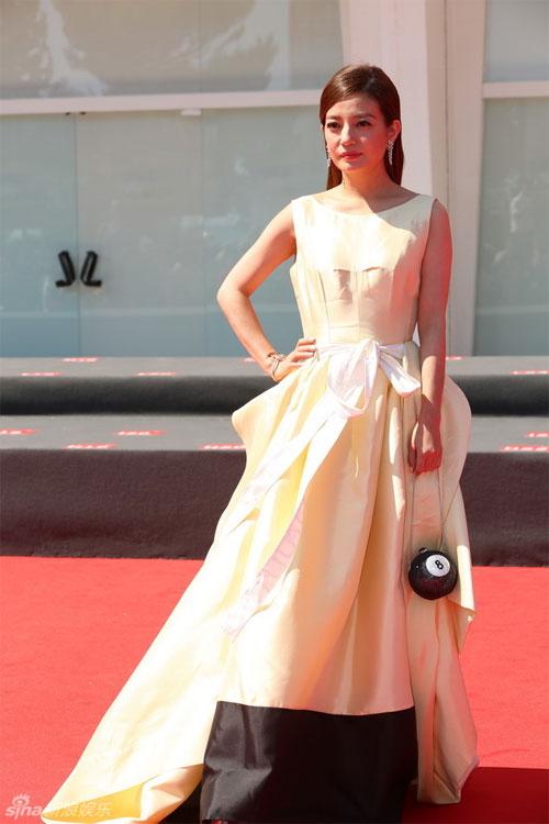 Chiếc váy khá nhàu, làm giảm đi độ sang trọng của cô đào khi đứng trên thảm đỏ.