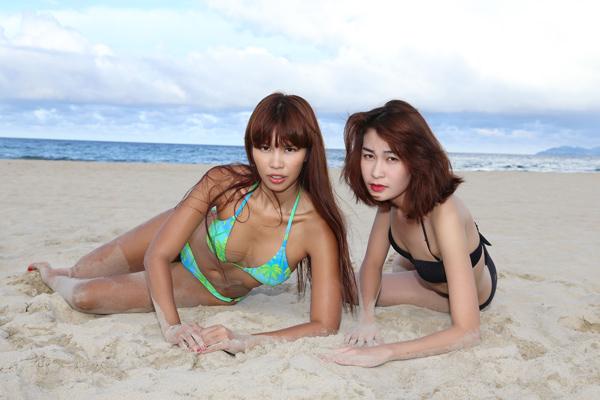 Siêu mẫutrực tiếp hướng dẫn cho các học trò của mình trên bãi biển riêng biệt của Premier Village Danang Resort.