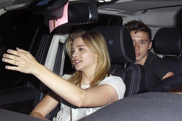 Cậu cả nhà Becks và nữ diễn viên hơn 2 tuổi ngồi chung một xe sau khi ra về.