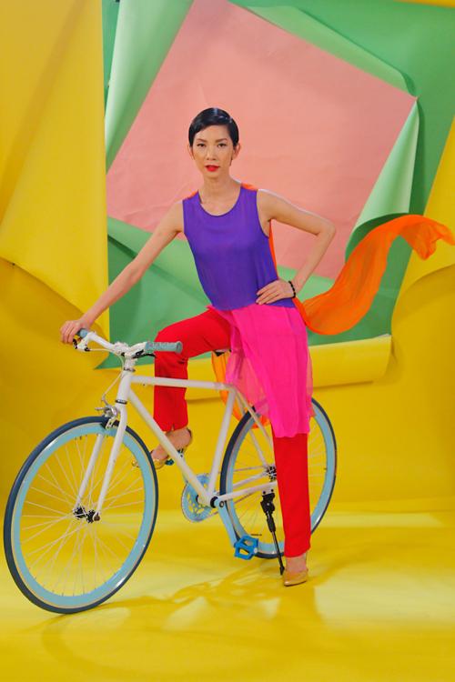 Xuân Lan diện áo dài cách tân với những tông màu rực rỡ khi tham gia chấm điểm cho vòng photoshoot