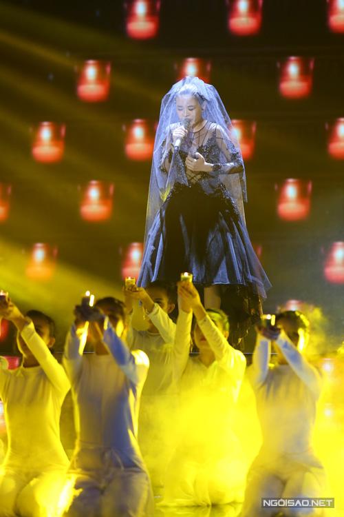 Giang Hồng Ngọc trình bày 'Con cầu xin' của nhạc sĩ Phương Uyên. Học trò Hồ Ngọc Hà đóng vai cô dâu với nhiều tâm sự trên sân khấu. Giang Hồng Ngọc hát đầy tâm trang và cảm xúc.