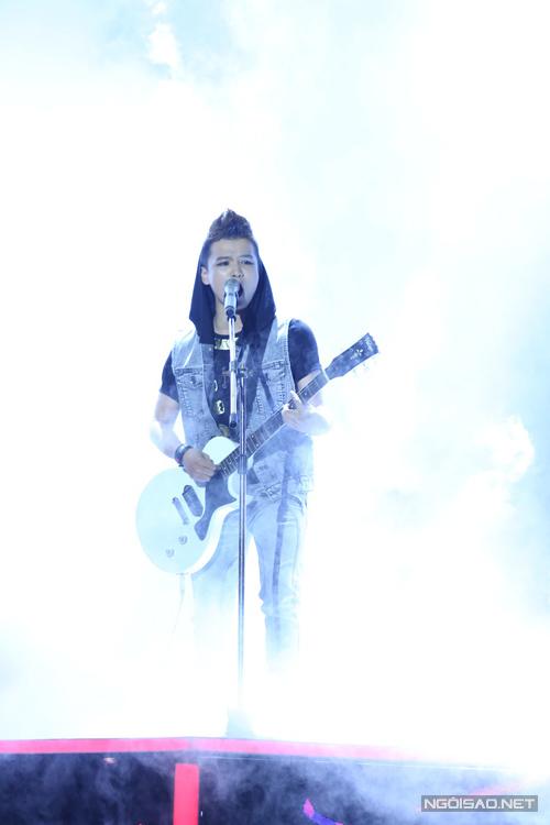 Thái Ngân của đội Hồ Quỳnh Hương tạm rũ bỏ hình ảnh 'Hoàng tử hát tình ca', 'lột xác' với bản rock 'Chỉ là giấc mơ'. Anh hát khỏe khoắn, phô diễn được nội lực.