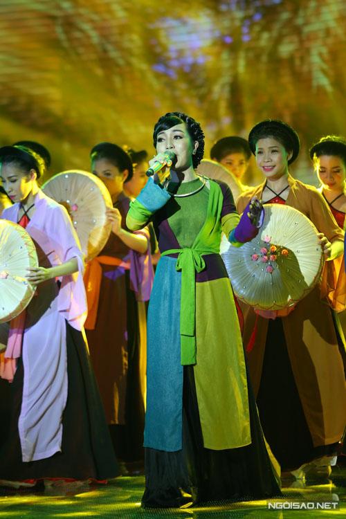 Hà Vân thể hiện ca khúc 'Về quê' để tặng cho quê hương mình. Hóa thân thành cô gái Bắc bộ, Hà Vân  hát mượt mà, tình cảm sáng tác của nhạc sĩ Phó Đức Phương.