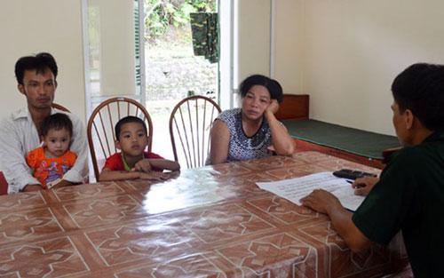 Hoàng Thị Hồng cùng 2 cháu Khánh và Ly tại Đồn Biên phòng Bắc Sơn.