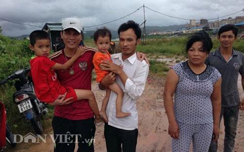 [Caption]sAnh Tuấn Anh (đội mũ) cùng 2 cháu bé và người đàn bà vô tâm bắt cóc cháu ruột mình.